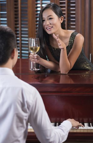 Woman chatting up pianist